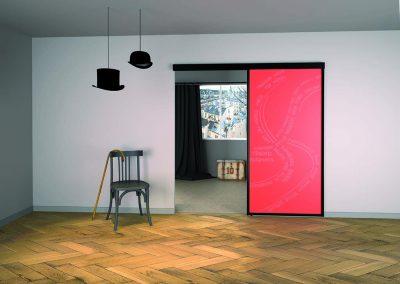 PORTE DE SÉPARATION SABLÉE FASHION Porte coulissante suspendue : Profil 1000, anodisé Noir mat. Sablage fashion 1 face sur verre de sécurité feuilleté Luminous red.